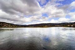 Vista panorâmica da baía de Eume na maré baixa com um mar calmo e um m Imagem de Stock