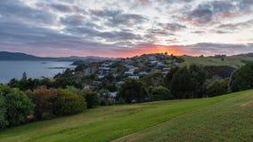 Vista panorâmica da baía do cabo no nascer do sol e do Mangonui em Zeala novo foto de stock