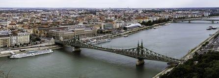 Vista panorâmica da cidade de Budapest da parte superior da fortaleza 'de Citadella 'na direção de Liberty Bridge, Hungria imagens de stock