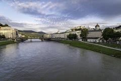 Vista panorâmica da cidade de Salzburg no por do sol com um céu claro imagens de stock
