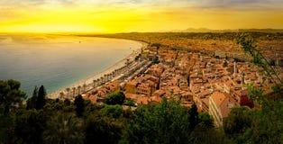 Vista panorâmica da cidade do litoral e da praia agradáveis no por do sol Foto de Stock