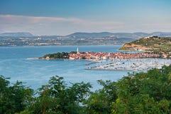 Vista panorâmica da cidade eslovena Izola da costa foto de stock