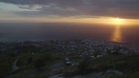 Vista panorâmica da cidade na noite, por do sol bonito dos ísquios, paisagem video estoque