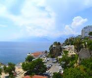 Vista panorâmica da cidade velha do turco Antalya, do mar e de montanhas do Touro da plataforma de observação imagens de stock