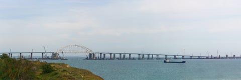 Vista panorâmica da costa de Kerch à ponte crimeana que conecta a península da região de Crimeia e de Krasnodar Fotos de Stock Royalty Free