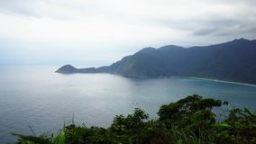 Vista panorâmica da costa e da baía de mar em Taiwan no tempo nebuloso vídeos de arquivo