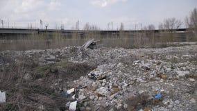 Vista panorâmica da descarga de lixo ilegal na cidade video estoque