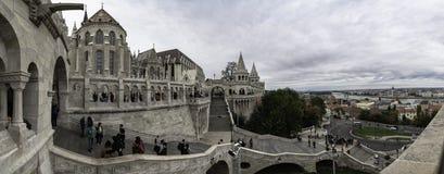 Vista panorâmica da entrada principal ao bastião do pescador em Budapest, Hungria imagem de stock royalty free
