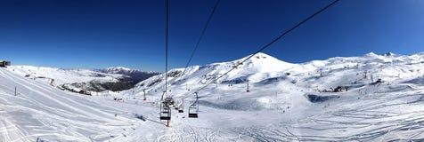 Vista panorâmica da estância de esqui, inclinação, pessoa no elevador de esqui, esquiadores na pista em Valle Nevado fotografia de stock royalty free