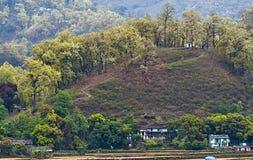 Vista panorâmica da floresta montanhosa perto de uma vila indiana fotografia de stock