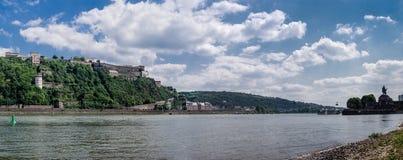 Vista panorâmica da fortaleza de Ehrenbreitstein no lado do Reno do rio e do canto alemão Deutsche Eck, em Koblenz, Alemanha foto de stock