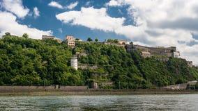 Vista panorâmica da fortaleza de Ehrenbreitstein no lado do Reno do rio em Koblenz, Alemanha fotos de stock