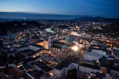 Vista panorâmica da fortaleza de Salzburg no por do sol Áustria foto de stock