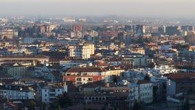Vista panorâmica da mais baixa cidade com a torre de sino da cidade de Bergamo no por do sol filme