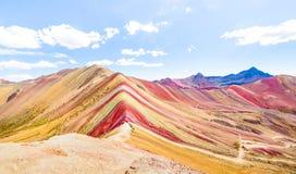 Vista panorâmica da montanha do arco-íris na montagem de Vinicunca no Peru - maravilhas de exploração da natureza do curso e do m foto de stock