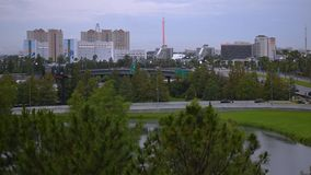 Vista panorâmica da movimentação internacional e do bulevar universal do estacionamento de Citywalk vídeos de arquivo