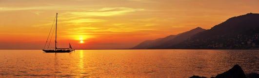 Vista panorâmica da navigação no por do sol com montanhas fotos de stock