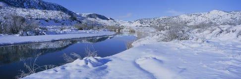 Vista panorâmica da neve do inverno na área nacional de Forest Wilderness dos capelães do Los conhecida como o Sespe, Califórnia fotos de stock