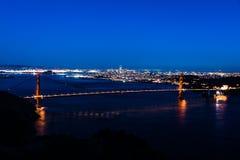 Vista panorâmica da noite de San Francisco e de golden gate bridge fotografia de stock
