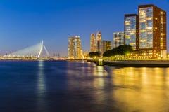Vista panorâmica da noite da ponte do Erasmus fotografia de stock royalty free