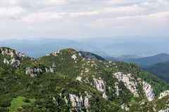 Vista panorâmica da parte superior da montanha a muitos picos de montanha ao redor Imagens de Stock Royalty Free