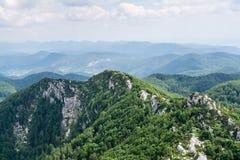 Vista panorâmica da parte superior da montanha a muitos picos de montanha ao redor Fotografia de Stock