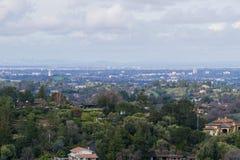 Vista panorâmica da península em um dia nebuloso; vista para altos, Palo Alto, Menlo Park, Silicon Valley e Dumbarton do Los fotografia de stock royalty free