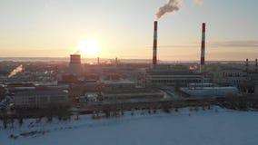 Vista panorâmica da planta industrial na cidade A poluição da cidade Fumo que sai das tubulações filme