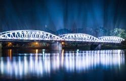 Opinião da noite da ponte de Truong Tien na matiz. fotos de stock