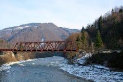 A vista panorâmica da ponte velha e a montanha ajardinam no backg Fotos de Stock Royalty Free