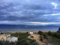 Vista panorâmica da praia, céu azul, mar azul, nivelando o tempo fotografia de stock royalty free