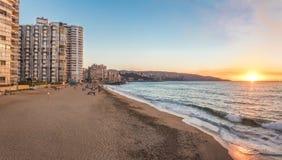 Vista panorâmica da praia no por do sol - Vina del Mar de Acapulco, o Chile imagem de stock royalty free
