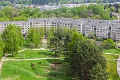 Vista panorâmica da região da cidade cercada por árvores Foto de Stock