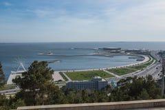 Vista panorâmica da roda de Ferris, o mar, a cidade fotografia de stock
