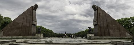 Vista panorâmica da rota central do memorial de guerra soviético, guardada por colunas no parque de Treptower, em Berlim fotografia de stock royalty free