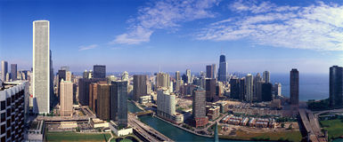 Vista panorâmica da skyline de Chicago River e de Chicago, IL Fotografia de Stock Royalty Free