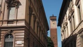 Vista panorâmica da torre de pulso de disparo majestosa entre palácios ecléticos em Pavia, Itália video estoque