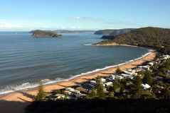 Vista panorâmica da vigia de Ettalong da montagem para perolizar a praia na costa central Fotografia de Stock