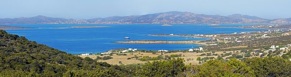 Vista panorâmica das baías e das angras na ilha de Paros fotografia de stock royalty free