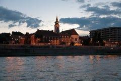 Vista panorâmica das construções na terraplenagem com iluminação das paredes de Danúbio na noite fotos de stock royalty free