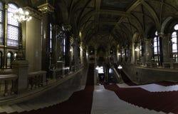 Vista panorâmica das escadas principais que recebem da entrada principal aos membros do parlamento de Budapest, Hungria imagem de stock