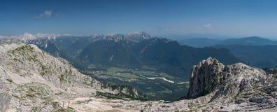 Vista panorâmica das montanhas de Kanin sobre Julian Alps no Eslovênia imagens de stock royalty free