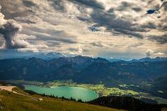 Vista panorâmica das montanhas do pico de Schafberg em Salzkammergut, em Áustria em um dia de verão com nuvens dramáticas e em Wo foto de stock