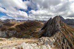Vista panorâmica das montanhas na Cordilheira Huayhuash, montanhas de Andes, Peru imagem de stock
