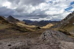 Vista panorâmica das montanhas na Cordilheira Huayhuash, montanhas de Andes, Peru foto de stock royalty free