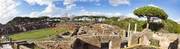 Vista panorâmica das ruínas dos banhos térmicos de Nettuno e dos gyms adjacentes situados nas escavações arqueológicos de Ostia foto de stock