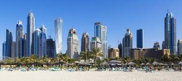 Vista panorâmica de arranha-céus e da praia famosos do jumeirah imagem de stock royalty free