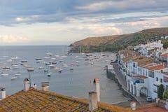 Vista panorâmica de Cadaques no beira-mar mediterrâneo, Espanha fotografia de stock royalty free