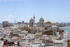 Vista panorâmica de Cadiz com catedral imagens de stock royalty free