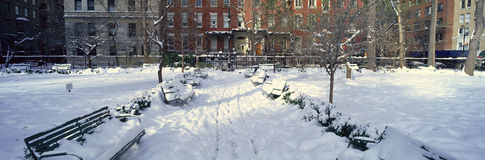 A vista panorâmica de casas históricas e Gramercy estacionam, Manhattan, New York City, New York após a tempestade de neve do inv fotos de stock